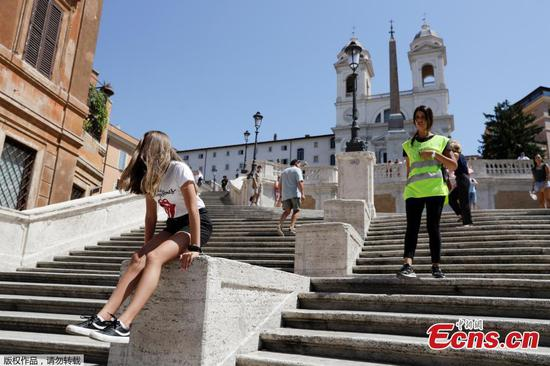 Rome bans sitting on Spanish Steps
