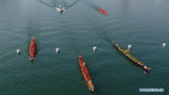 Dragon boat race held in Guangxi to celebrate 70th anniversary of PRC founding