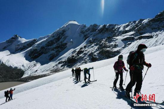 Climbers trained on snow mountain in Tibet